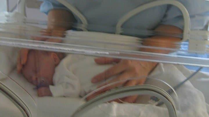 Baby-in-incubator-kangaroo-care